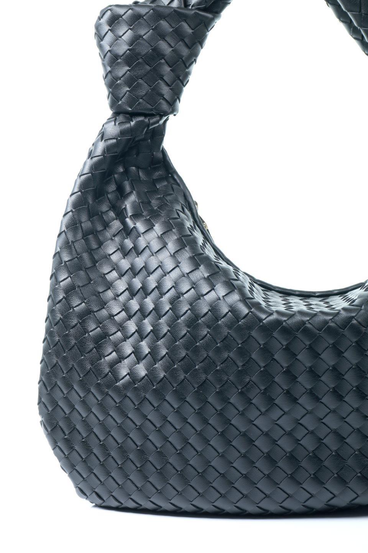 meliebiancoのBrigitte(Black)ウーヴンホーボーバッグ/海外ファッション好きにオススメのインポートバッグとかばん、MelieBianco(メリービアンコ)のバッグやショルダーバッグ。バターのようになめらかな手触りのビーガンレザーを使用した編み込みのホーボーバッグ。ソフトなマテリアルなので肩に掛けたときの「しっくり感」は最高です。/main-6