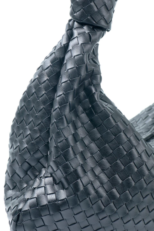 meliebiancoのBrigitte(Black)ウーヴンホーボーバッグ/海外ファッション好きにオススメのインポートバッグとかばん、MelieBianco(メリービアンコ)のバッグやショルダーバッグ。バターのようになめらかな手触りのビーガンレザーを使用した編み込みのホーボーバッグ。ソフトなマテリアルなので肩に掛けたときの「しっくり感」は最高です。/main-8