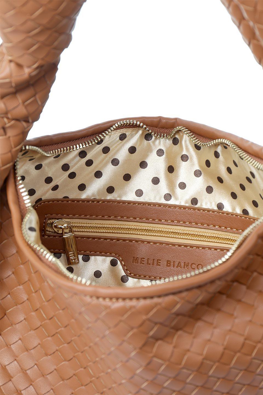 meliebiancoのBrigitte(Saddle)ウーヴンホーボーバッグ/海外ファッション好きにオススメのインポートバッグとかばん、MelieBianco(メリービアンコ)のバッグやショルダーバッグ。バターのようになめらかな手触りのビーガンレザーを使用した編み込みのホーボーバッグ。ソフトなマテリアルなので肩に掛けたときの「しっくり感」は最高です。/main-12