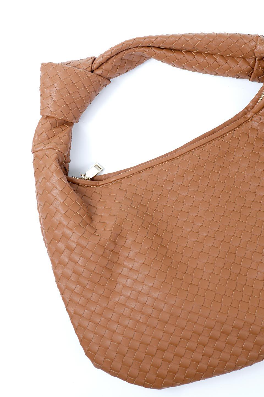 meliebiancoのBrigitte(Saddle)ウーヴンホーボーバッグ/海外ファッション好きにオススメのインポートバッグとかばん、MelieBianco(メリービアンコ)のバッグやショルダーバッグ。バターのようになめらかな手触りのビーガンレザーを使用した編み込みのホーボーバッグ。ソフトなマテリアルなので肩に掛けたときの「しっくり感」は最高です。/main-14