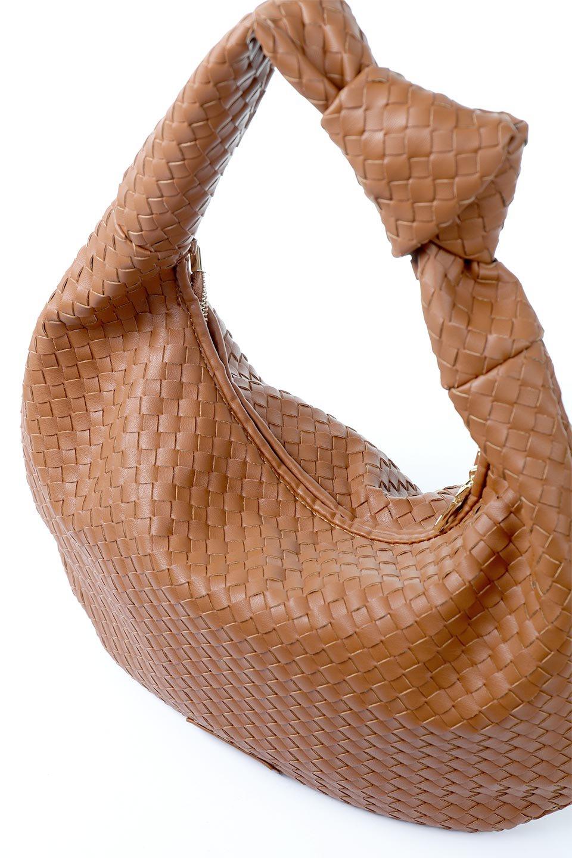 meliebiancoのBrigitte(Saddle)ウーヴンホーボーバッグ/海外ファッション好きにオススメのインポートバッグとかばん、MelieBianco(メリービアンコ)のバッグやショルダーバッグ。バターのようになめらかな手触りのビーガンレザーを使用した編み込みのホーボーバッグ。ソフトなマテリアルなので肩に掛けたときの「しっくり感」は最高です。/main-7