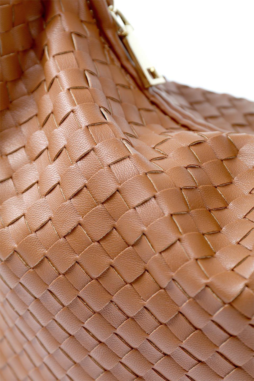 meliebiancoのBrigitte(Saddle)ウーヴンホーボーバッグ/海外ファッション好きにオススメのインポートバッグとかばん、MelieBianco(メリービアンコ)のバッグやショルダーバッグ。バターのようになめらかな手触りのビーガンレザーを使用した編み込みのホーボーバッグ。ソフトなマテリアルなので肩に掛けたときの「しっくり感」は最高です。/main-8