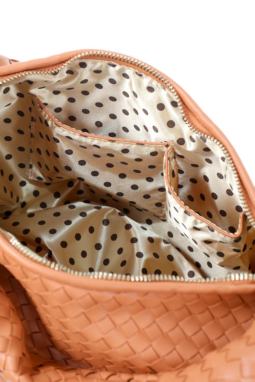 meliebiancoのBrigitte(Peach)ウーヴンホーボーバッグ/海外ファッション好きにオススメのインポートバッグとかばん、MelieBianco(メリービアンコ)のバッグやショルダーバッグ。バターのようになめらかな手触りのビーガンレザーを使用した編み込みのホーボーバッグ。ソフトなマテリアルなので肩に掛けたときの「しっくり感」は最高です。/main-10