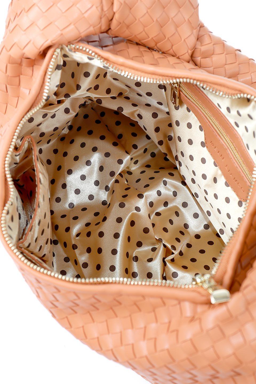 meliebiancoのBrigitte(Peach)ウーヴンホーボーバッグ/海外ファッション好きにオススメのインポートバッグとかばん、MelieBianco(メリービアンコ)のバッグやショルダーバッグ。バターのようになめらかな手触りのビーガンレザーを使用した編み込みのホーボーバッグ。ソフトなマテリアルなので肩に掛けたときの「しっくり感」は最高です。/main-11