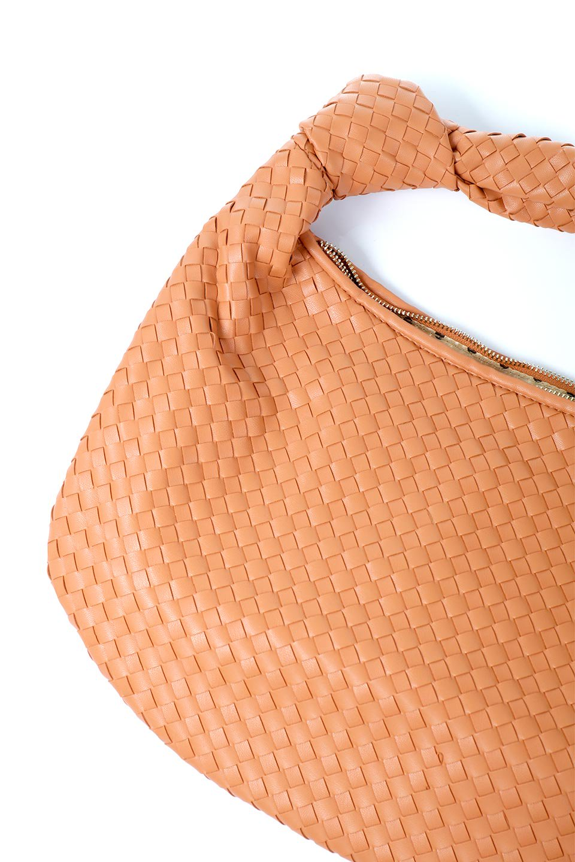 meliebiancoのBrigitte(Peach)ウーヴンホーボーバッグ/海外ファッション好きにオススメのインポートバッグとかばん、MelieBianco(メリービアンコ)のバッグやショルダーバッグ。バターのようになめらかな手触りのビーガンレザーを使用した編み込みのホーボーバッグ。ソフトなマテリアルなので肩に掛けたときの「しっくり感」は最高です。/main-12
