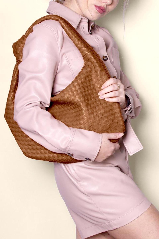 meliebiancoのBrigitte(Peach)ウーヴンホーボーバッグ/海外ファッション好きにオススメのインポートバッグとかばん、MelieBianco(メリービアンコ)のバッグやショルダーバッグ。バターのようになめらかな手触りのビーガンレザーを使用した編み込みのホーボーバッグ。ソフトなマテリアルなので肩に掛けたときの「しっくり感」は最高です。/main-13