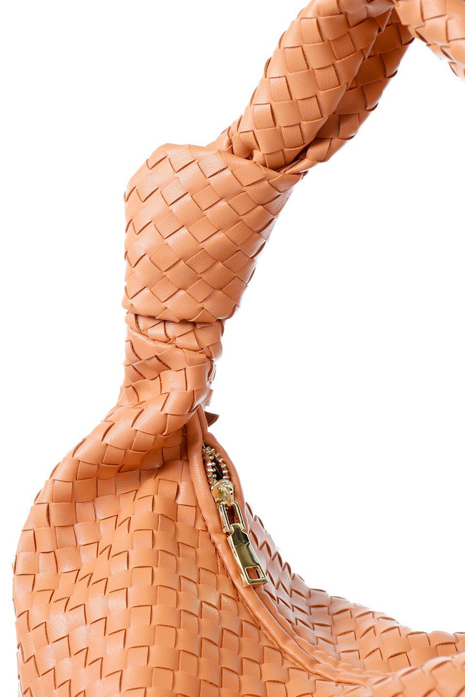 meliebiancoのBrigitte(Peach)ウーヴンホーボーバッグ/海外ファッション好きにオススメのインポートバッグとかばん、MelieBianco(メリービアンコ)のバッグやショルダーバッグ。バターのようになめらかな手触りのビーガンレザーを使用した編み込みのホーボーバッグ。ソフトなマテリアルなので肩に掛けたときの「しっくり感」は最高です。/main-5