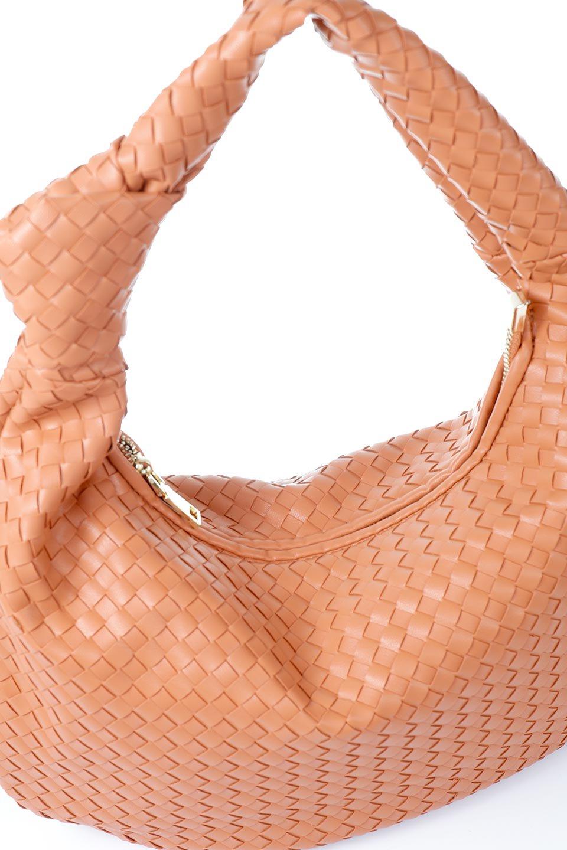 meliebiancoのBrigitte(Peach)ウーヴンホーボーバッグ/海外ファッション好きにオススメのインポートバッグとかばん、MelieBianco(メリービアンコ)のバッグやショルダーバッグ。バターのようになめらかな手触りのビーガンレザーを使用した編み込みのホーボーバッグ。ソフトなマテリアルなので肩に掛けたときの「しっくり感」は最高です。/main-6