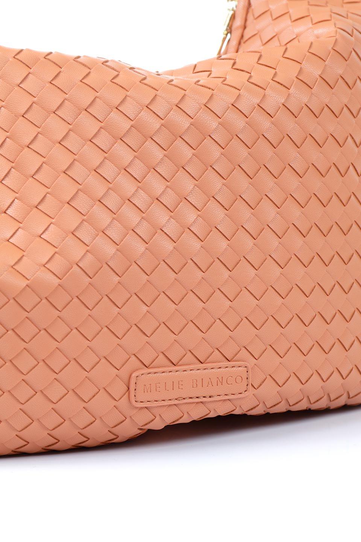 meliebiancoのBrigitte(Peach)ウーヴンホーボーバッグ/海外ファッション好きにオススメのインポートバッグとかばん、MelieBianco(メリービアンコ)のバッグやショルダーバッグ。バターのようになめらかな手触りのビーガンレザーを使用した編み込みのホーボーバッグ。ソフトなマテリアルなので肩に掛けたときの「しっくり感」は最高です。/main-7