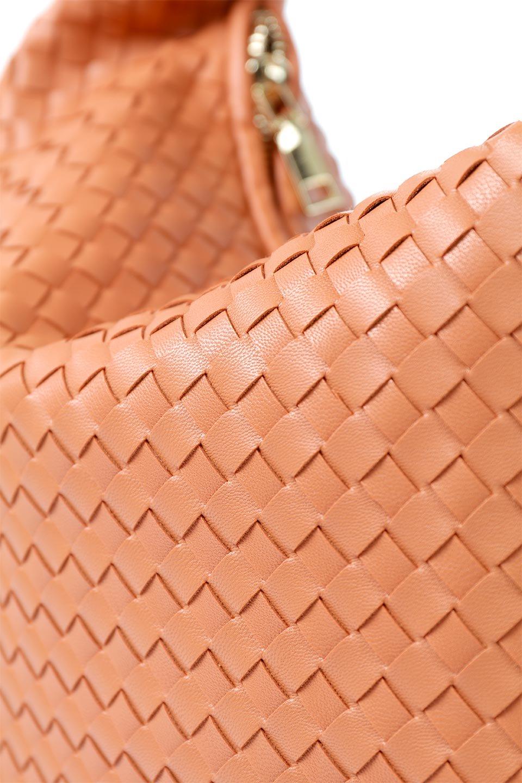 meliebiancoのBrigitte(Peach)ウーヴンホーボーバッグ/海外ファッション好きにオススメのインポートバッグとかばん、MelieBianco(メリービアンコ)のバッグやショルダーバッグ。バターのようになめらかな手触りのビーガンレザーを使用した編み込みのホーボーバッグ。ソフトなマテリアルなので肩に掛けたときの「しっくり感」は最高です。/main-8