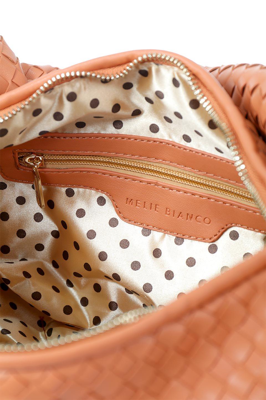 meliebiancoのBrigitte(Peach)ウーヴンホーボーバッグ/海外ファッション好きにオススメのインポートバッグとかばん、MelieBianco(メリービアンコ)のバッグやショルダーバッグ。バターのようになめらかな手触りのビーガンレザーを使用した編み込みのホーボーバッグ。ソフトなマテリアルなので肩に掛けたときの「しっくり感」は最高です。/main-9