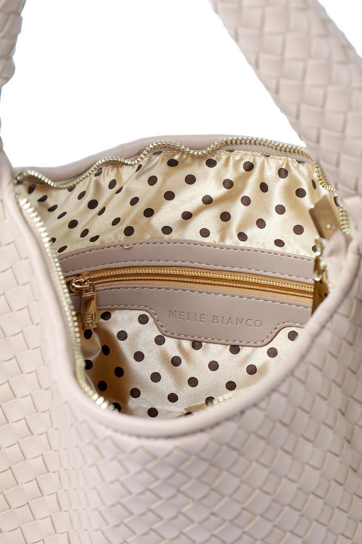 meliebiancoのBrigitte(Nude)ウーヴンホーボーバッグ/海外ファッション好きにオススメのインポートバッグとかばん、MelieBianco(メリービアンコ)のバッグやショルダーバッグ。バターのようになめらかな手触りのビーガンレザーを使用した編み込みのホーボーバッグ。ソフトなマテリアルなので肩に掛けたときの「しっくり感」は最高です。/main-12