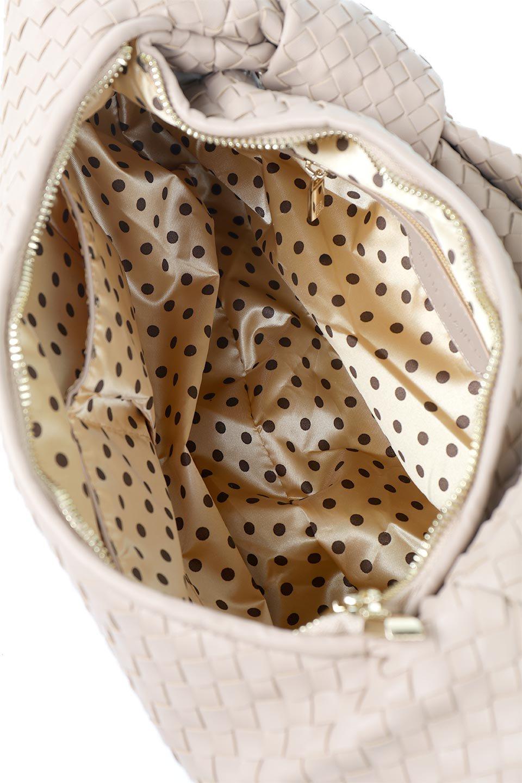 meliebiancoのBrigitte(Nude)ウーヴンホーボーバッグ/海外ファッション好きにオススメのインポートバッグとかばん、MelieBianco(メリービアンコ)のバッグやショルダーバッグ。バターのようになめらかな手触りのビーガンレザーを使用した編み込みのホーボーバッグ。ソフトなマテリアルなので肩に掛けたときの「しっくり感」は最高です。/main-13