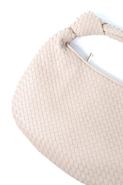 meliebiancoのBrigitte(Nude)ウーヴンホーボーバッグ/海外ファッション好きにオススメのインポートバッグとかばん、MelieBianco(メリービアンコ)のバッグやショルダーバッグ。バターのようになめらかな手触りのビーガンレザーを使用した編み込みのホーボーバッグ。ソフトなマテリアルなので肩に掛けたときの「しっくり感」は最高です。/main-14