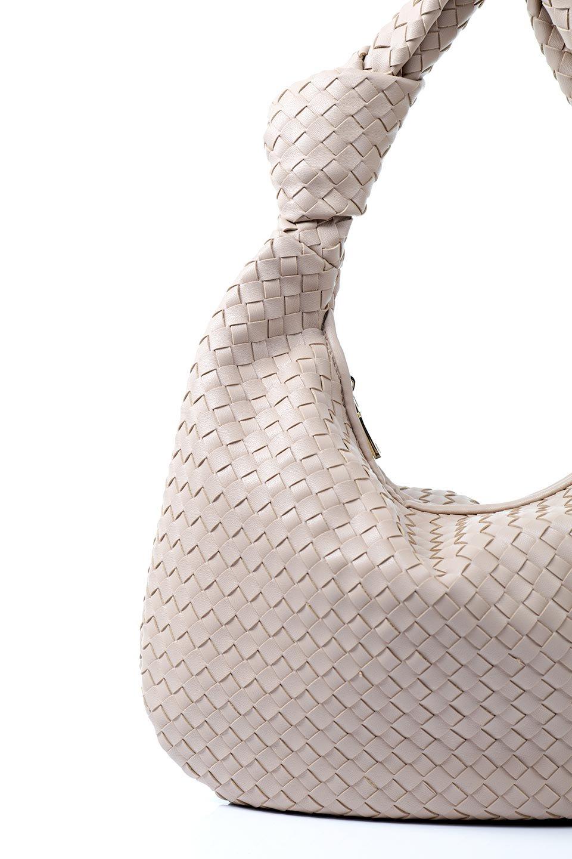 meliebiancoのBrigitte(Nude)ウーヴンホーボーバッグ/海外ファッション好きにオススメのインポートバッグとかばん、MelieBianco(メリービアンコ)のバッグやショルダーバッグ。バターのようになめらかな手触りのビーガンレザーを使用した編み込みのホーボーバッグ。ソフトなマテリアルなので肩に掛けたときの「しっくり感」は最高です。/main-7