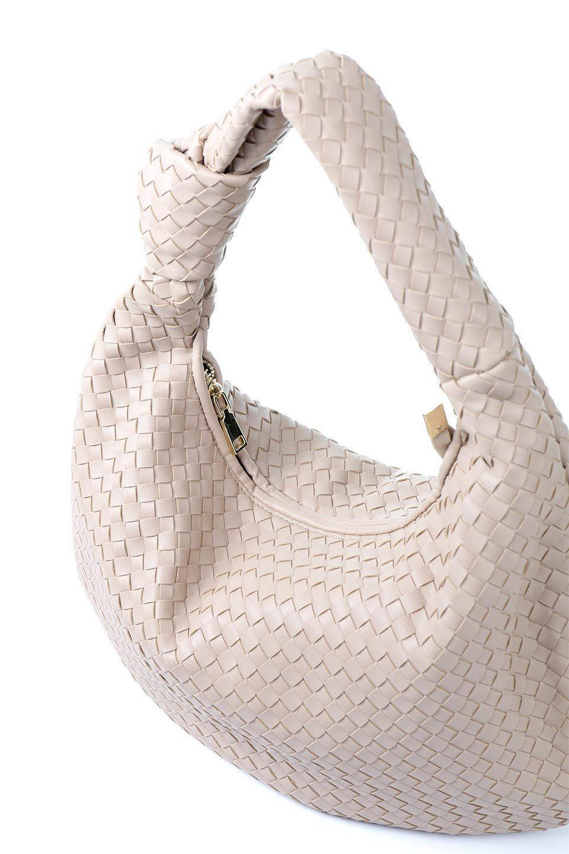 meliebiancoのBrigitte(Nude)ウーヴンホーボーバッグ/海外ファッション好きにオススメのインポートバッグとかばん、MelieBianco(メリービアンコ)のバッグやショルダーバッグ。バターのようになめらかな手触りのビーガンレザーを使用した編み込みのホーボーバッグ。ソフトなマテリアルなので肩に掛けたときの「しっくり感」は最高です。/main-8