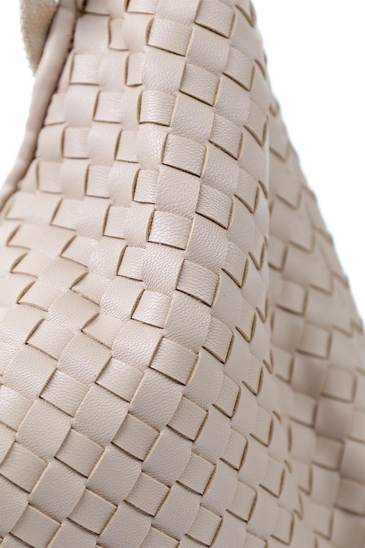 meliebiancoのBrigitte(Nude)ウーヴンホーボーバッグ/海外ファッション好きにオススメのインポートバッグとかばん、MelieBianco(メリービアンコ)のバッグやショルダーバッグ。バターのようになめらかな手触りのビーガンレザーを使用した編み込みのホーボーバッグ。ソフトなマテリアルなので肩に掛けたときの「しっくり感」は最高です。/main-9