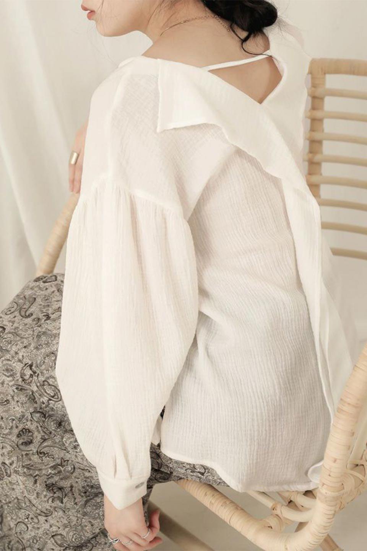 FrilledBackDoubleGauzeBlouseバックフリル・ダブルガーゼブラウス大人カジュアルに最適な海外ファッションのothers(その他インポートアイテム)のトップスやシャツ・ブラウス。フェミニンに決まるバックフリルがポイントのブラウス。綿100%のダブルガーゼの素材を使用してるのでとても柔らかく着心地も◎。/main-21