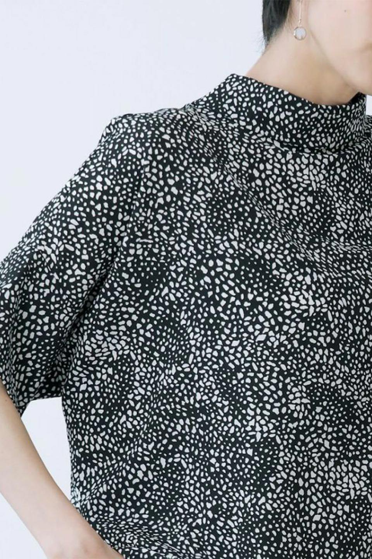 RollNeckBackButtonBlouseロールネック・ドルマンブラウス大人カジュアルに最適な海外ファッションのothers(その他インポートアイテム)のトップスやシャツ・ブラウス。ドルマンスリーブのドレープが綺麗で軽やかな着こなしができる半袖ブラウス。首元から背中にかけてのデザインがとても可愛いアイテムです。/main-26