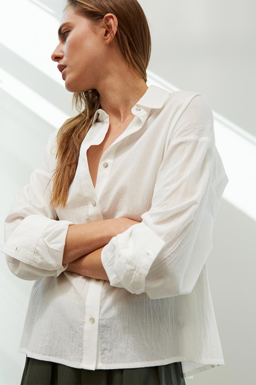 L.A.直輸入のButtonUpCottonShirtsルーズシルエット・ボタンシャツ大人カジュアルに最適な海外ファッションのothers(その他インポートアイテム)のトップスやシャツ・ブラウス。ナチュラルなシアーコットンのショート丈ルーズシャツ。ボタンを空けてラフに着ても、ボタンを留めてキッチリ着ても綺麗なラインが出るシャツです。/main-14