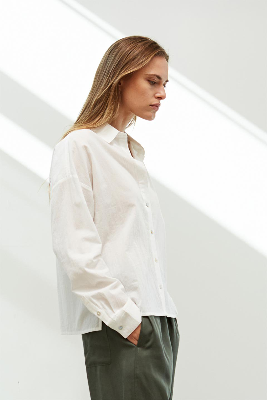 L.A.直輸入のButtonUpCottonShirtsルーズシルエット・ボタンシャツ大人カジュアルに最適な海外ファッションのothers(その他インポートアイテム)のトップスやシャツ・ブラウス。ナチュラルなシアーコットンのショート丈ルーズシャツ。ボタンを空けてラフに着ても、ボタンを留めてキッチリ着ても綺麗なラインが出るシャツです。/main-15