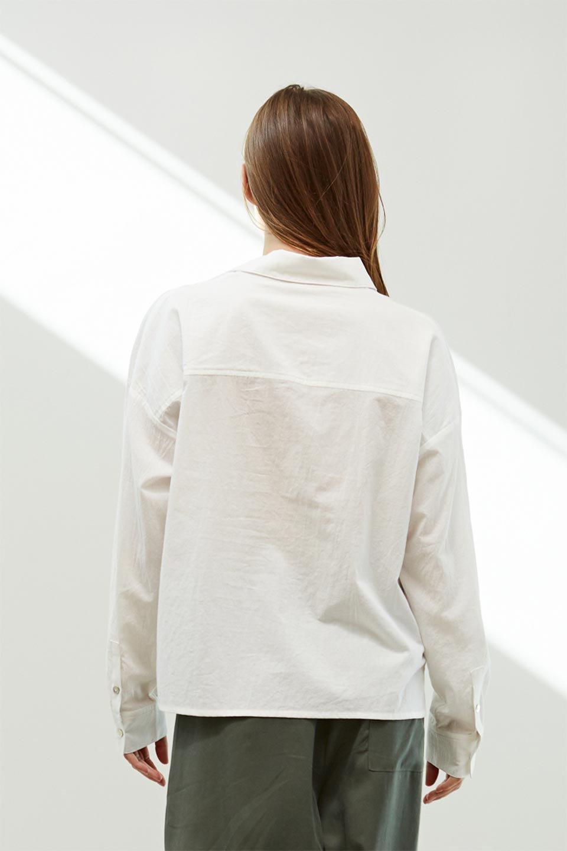 L.A.直輸入のButtonUpCottonShirtsルーズシルエット・ボタンシャツ大人カジュアルに最適な海外ファッションのothers(その他インポートアイテム)のトップスやシャツ・ブラウス。ナチュラルなシアーコットンのショート丈ルーズシャツ。ボタンを空けてラフに着ても、ボタンを留めてキッチリ着ても綺麗なラインが出るシャツです。/main-16
