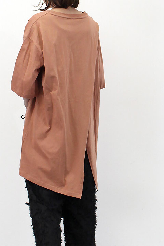 BackSlitLongTailTopバックスリット・ロングTシャツ大人カジュアルに最適な海外ファッションのothers(その他インポートアイテム)のトップスやカットソー。バックスタイルがポイントのビッグシルエットTシャツ。フロントはクルーネックのシンプルでリラックス感のあるTシャツに見えますが、背中はスリットが入ったラップデザイン。/main-28