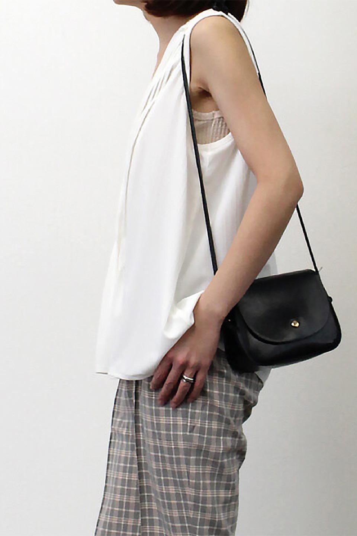 PinTuckSleevelessBlouseピンタック・ノースリーブトップス大人カジュアルに最適な海外ファッションのothers(その他インポートアイテム)のトップスやシャツ・ブラウス。リブのようなボリューム感のあるピンタックが上品なノースリーブのトップス。肩のフリルから落ちるタックデザインが立体的で、裾の動きがかわいいアイテム。/main-28