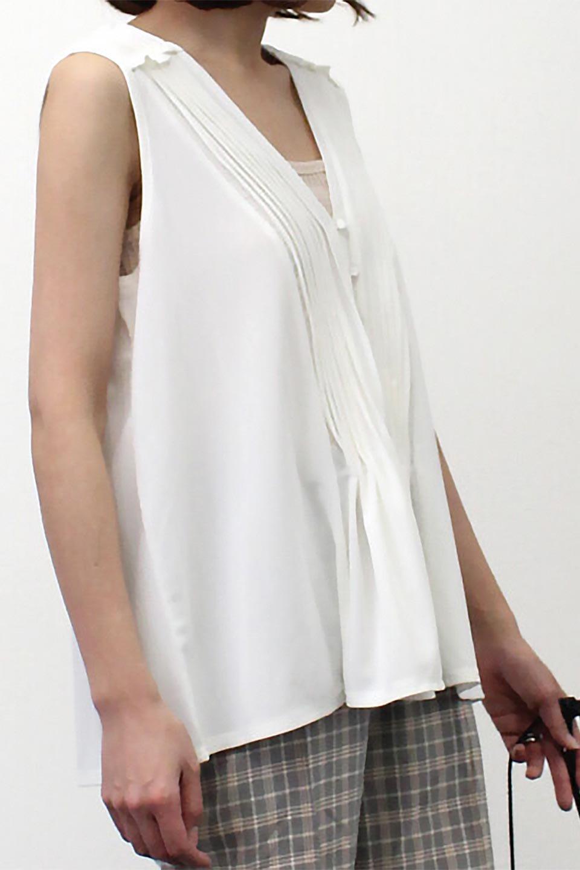 PinTuckSleevelessBlouseピンタック・ノースリーブトップス大人カジュアルに最適な海外ファッションのothers(その他インポートアイテム)のトップスやシャツ・ブラウス。リブのようなボリューム感のあるピンタックが上品なノースリーブのトップス。肩のフリルから落ちるタックデザインが立体的で、裾の動きがかわいいアイテム。/main-29