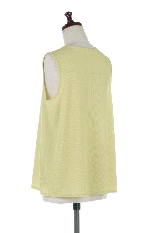 PinTuckSleevelessBlouseピンタック・ノースリーブトップス大人カジュアルに最適な海外ファッションのothers(その他インポートアイテム)のトップスやシャツ・ブラウス。リブのようなボリューム感のあるピンタックが上品なノースリーブのトップス。肩のフリルから落ちるタックデザインが立体的で、裾の動きがかわいいアイテム。/main-3