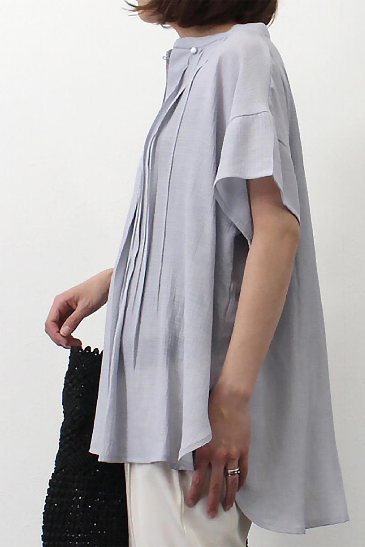 PinTuckBandCollarBlouseピンタック・ガーゼブラウス大人カジュアルに最適な海外ファッションのothers(その他インポートアイテム)のトップスやシャツ・ブラウス。首元から伸びるピンタックのデザインが可愛い半袖ブラウス。首元にはボタンがひとつあり、閉めるときちっとした印象に、開くと涼し気で抜け感のある印象になります。/main-28