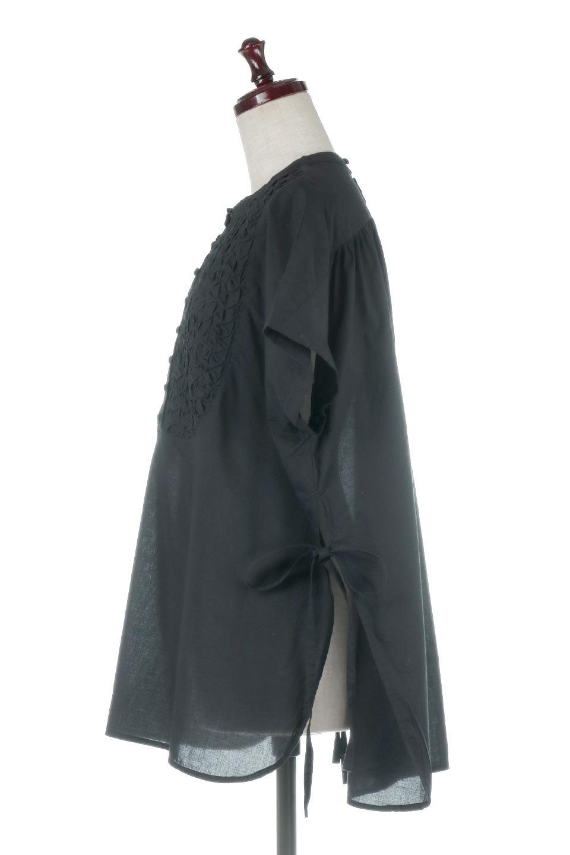SideSlitSmockingBlouseサイドスリット・スモッキングブラウス大人カジュアルに最適な海外ファッションのothers(その他インポートアイテム)のトップスやシャツ・ブラウス。スモッキングと呼ばれる立体的なディテールが可愛い半袖ブラウス。サイドは深くスリットが入り、リボンを結ぶデザインで横から見た印象も可愛いアイテム。/main-2