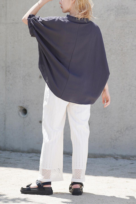 TuckedDolmanSleeveBlouseタックデザイン・ドルマンブラウス大人カジュアルに最適な海外ファッションのothers(その他インポートアイテム)のトップスやシャツ・ブラウス。ボックス型のタックデザインが可愛いソフトタッチの肌触りのブラウス。麻調のしっとりとした落ち感のある生地は袖口のタックのボリュームを綺麗に見せてくれます。/main-17