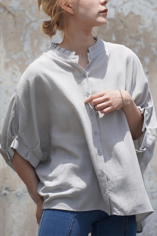 TuckedDolmanSleeveBlouseタックデザイン・ドルマンブラウス大人カジュアルに最適な海外ファッションのothers(その他インポートアイテム)のトップスやシャツ・ブラウス。ボックス型のタックデザインが可愛いソフトタッチの肌触りのブラウス。麻調のしっとりとした落ち感のある生地は袖口のタックのボリュームを綺麗に見せてくれます。/main-21