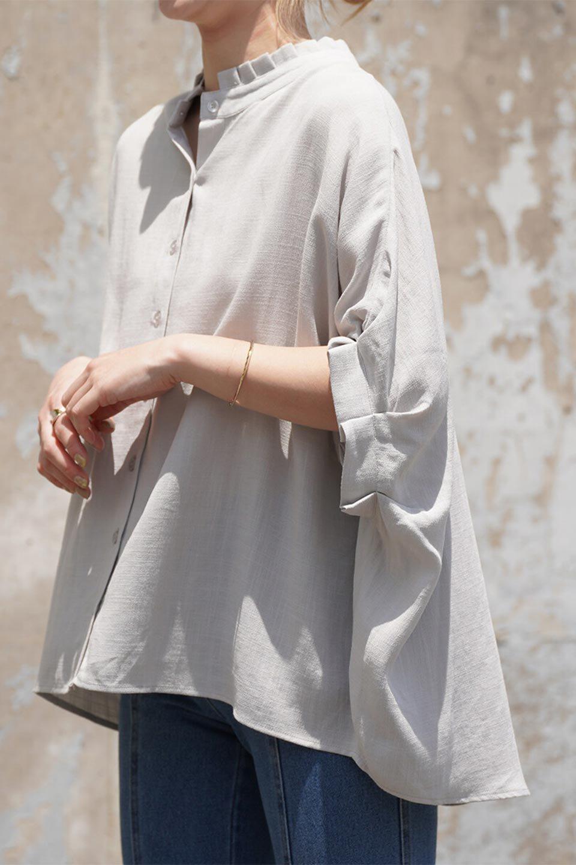 TuckedDolmanSleeveBlouseタックデザイン・ドルマンブラウス大人カジュアルに最適な海外ファッションのothers(その他インポートアイテム)のトップスやシャツ・ブラウス。ボックス型のタックデザインが可愛いソフトタッチの肌触りのブラウス。麻調のしっとりとした落ち感のある生地は袖口のタックのボリュームを綺麗に見せてくれます。/main-22