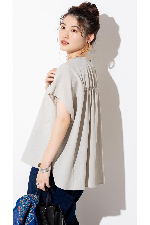 OverSizedBackGatherPullOverバックギャザー・オーバーTシャツ大人カジュアルに最適な海外ファッションのothers(その他インポートアイテム)のトップスやカットソー。ありそうでなかった麻のような質感が気持ち良い布帛生地のオーバーTシャツ。一見ビッグシルエットのTシャツのようですが、シャリっとした清涼感のあるタッチでシワになりにくい素材で、汗のべたつきも気になりにくいトップス。/main-39