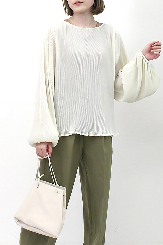 MicroPleatedVolumeSleeveBlouseミニプリーツ・ボリュームスリーブブラウス大人カジュアルに最適な海外ファッションのothers(その他インポートアイテム)のトップスやシャツ・ブラウス。光沢のあるミニプリーツの素材感が魅力の長袖ブラウス。ボリュームのある袖の可愛さと素材の大人っぽさで年令問わず楽しめるブラウスです。/main-19