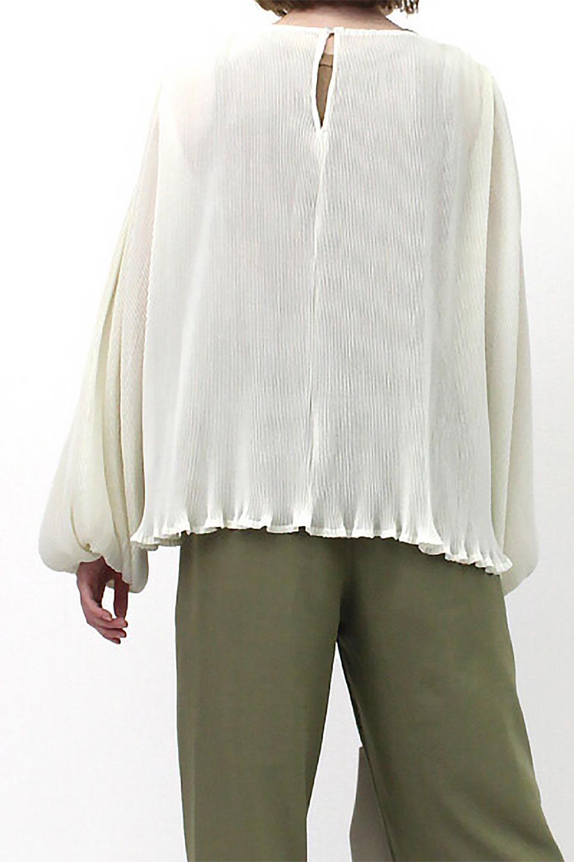 MicroPleatedVolumeSleeveBlouseミニプリーツ・ボリュームスリーブブラウス大人カジュアルに最適な海外ファッションのothers(その他インポートアイテム)のトップスやシャツ・ブラウス。光沢のあるミニプリーツの素材感が魅力の長袖ブラウス。ボリュームのある袖の可愛さと素材の大人っぽさで年令問わず楽しめるブラウスです。/main-20