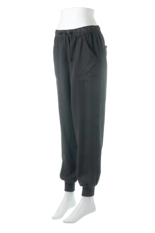 LOVESTITCHのCharlieJoggerPantチャーリー・ジョガーパンツ/海外ファッションが好きな大人カジュアルのためのLOVESTITCH(ラブステッチ)のボトムやパンツ。ストレッチの効いたテンセル素材のジョガーパンツ。クラシックスタイルのジョガーパンツは人気があり、スポーティーなイメージの強いアイテムですが合わせ方次第で女性らしいスタイルにもマッチします。/main-1