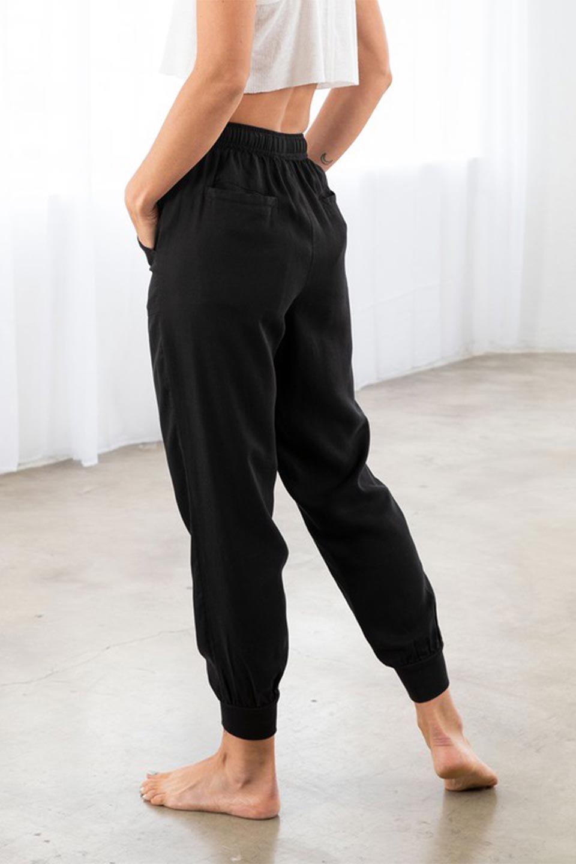 LOVESTITCHのCharlieJoggerPantチャーリー・ジョガーパンツ/海外ファッションが好きな大人カジュアルのためのLOVESTITCH(ラブステッチ)のボトムやパンツ。ストレッチの効いたテンセル素材のジョガーパンツ。クラシックスタイルのジョガーパンツは人気があり、スポーティーなイメージの強いアイテムですが合わせ方次第で女性らしいスタイルにもマッチします。/main-12