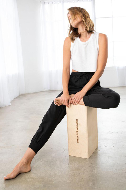 LOVESTITCHのCharlieJoggerPantチャーリー・ジョガーパンツ/海外ファッションが好きな大人カジュアルのためのLOVESTITCH(ラブステッチ)のボトムやパンツ。ストレッチの効いたテンセル素材のジョガーパンツ。クラシックスタイルのジョガーパンツは人気があり、スポーティーなイメージの強いアイテムですが合わせ方次第で女性らしいスタイルにもマッチします。/main-15