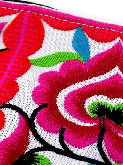 roomIVYのTasselMiniPorch/ビーチでのリゾートファッションブランド、roomIVY(ルームアイビー)のバッグや。バッグの中に入れておきたくなる小ぶりなミニポーチです。職人の手作業の刺繍が全面に施され、ボリュームのあるタッセルが付いています。/main-5