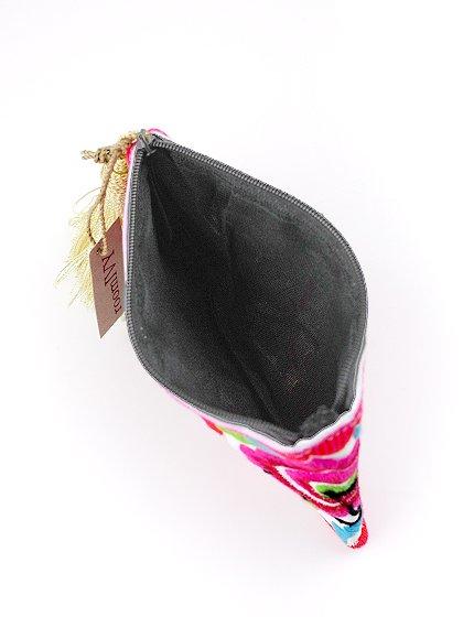 roomIVYのTasselMiniPorch/ビーチでのリゾートファッションブランド、roomIVY(ルームアイビー)のバッグや。バッグの中に入れておきたくなる小ぶりなミニポーチです。職人の手作業の刺繍が全面に施され、ボリュームのあるタッセルが付いています。/main-6