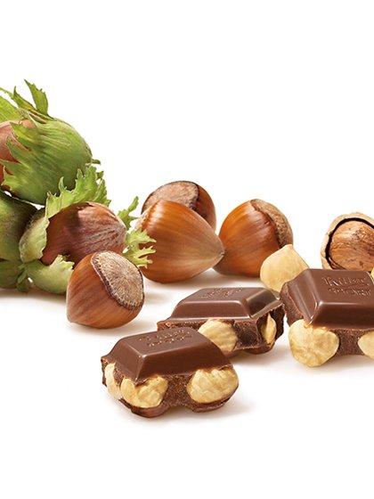 Germany直輸入のWholeHazelnutsのや。リッター社は、今から約100年前の1912年ドイツ・シュトゥットガルト郊外のバートカンシュタットに創業しました。その後すぐに正方形のチョコレートで、「リッタースポーツチョコレート」を発売。