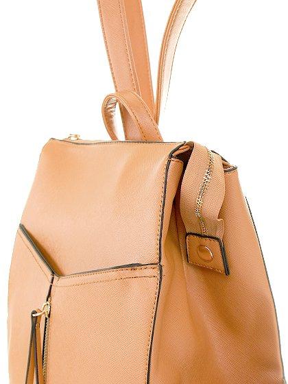 meliebiancoのMolly(Camel)/海外ファッション好きにオススメのインポートバッグとかばん、MelieBianco(メリービアンコ)のバッグやその他。メリービアンコのラインナップではあまり見かけないリュックが登場しました。しっかりとした堅めのマテリアルなんので少ない荷物でもしっかりと形をキープしてくれます。/main-5