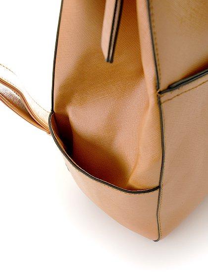meliebiancoのMolly(Camel)/海外ファッション好きにオススメのインポートバッグとかばん、MelieBianco(メリービアンコ)のバッグやその他。メリービアンコのラインナップではあまり見かけないリュックが登場しました。しっかりとした堅めのマテリアルなんので少ない荷物でもしっかりと形をキープしてくれます。/main-7