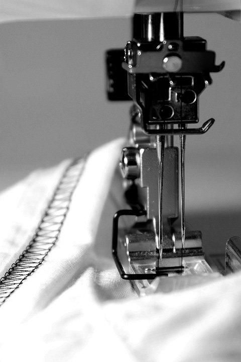 BloomAlterationService//リメイクサービス大人カジュアルに最適な海外ファッションのothers(その他インポートアイテム)のや。Tシャツ類の首袖裾を2本針の専用ミシンでリメイクします。アメリカンなバンドTなどは、良くも悪くも昔ながらのTシャツのシルエット。