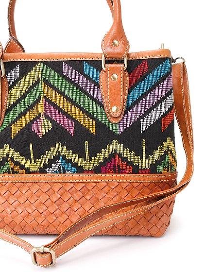 roomIVYのIkat&LeatherCombiBag/ビーチでのリゾートファッションブランド、roomIVY(ルームアイビー)のバッグや。何と言うカワイさでしょう・・・。カラフルな手織りのイカットにレザーウーブンのコンビネーションが素敵です。/main-10
