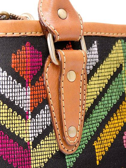 roomIVYのIkat&LeatherCombiBag/ビーチでのリゾートファッションブランド、roomIVY(ルームアイビー)のバッグや。何と言うカワイさでしょう・・・。カラフルな手織りのイカットにレザーウーブンのコンビネーションが素敵です。/main-9