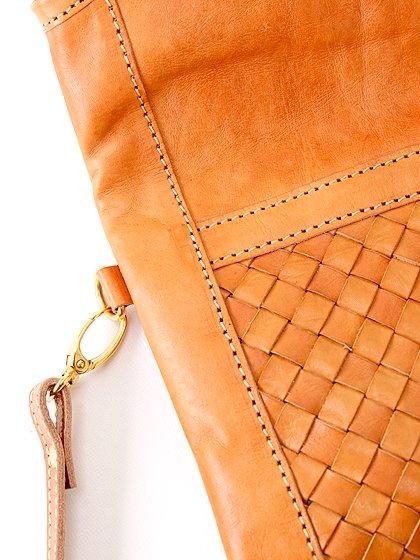roomIVYのLeatherWovenClutch/ビーチでのリゾートファッションブランド、roomIVY(ルームアイビー)のバッグや。しっとりとしたレザーのクラッチバッグ。程よいサイズにショルダーストラップも付いた便利クラッチです。/main-13